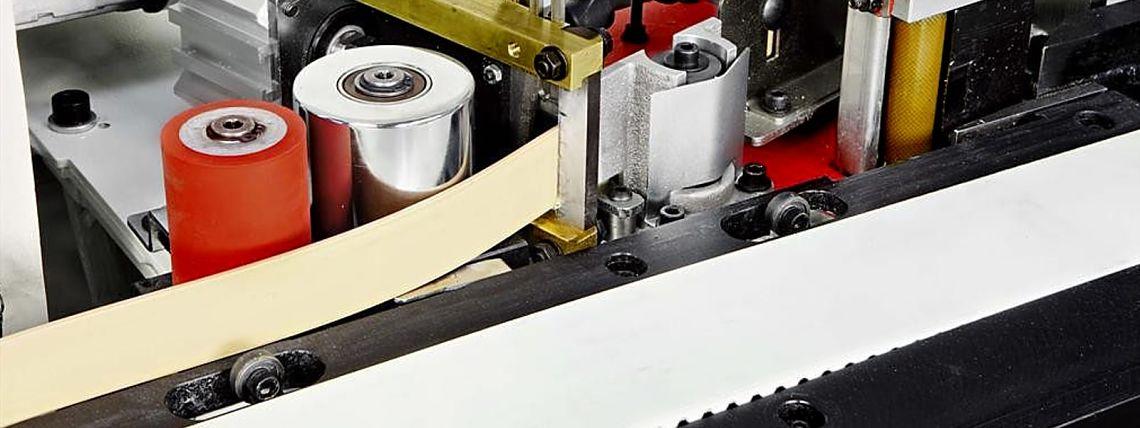Наш высокоэффективный промышленный кромкооблицовочный станок налажен по европейским стандартам.
